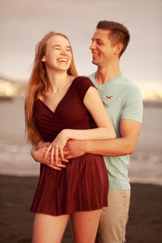 Paar genießt das Fotoshooting mit Fotograf Kanaren und Teneriffa Ela und Chris