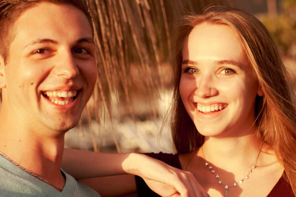Pärchen hat beim Fotoshooting mit Fotograf Teneriffa viel Spaß am Strand der Costa Adeje im Urlaub