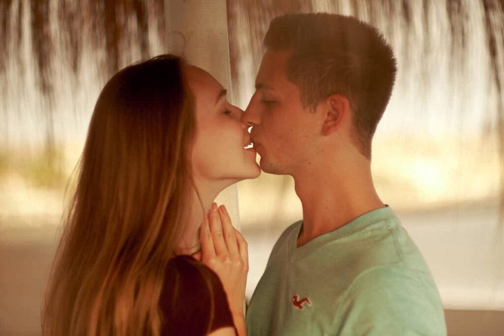 Paar küsst sich beim Fotoshooting mit Fotograf Ela und Chris Teneriffa am Strand