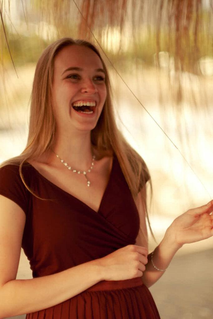 Mädchen lacht beim Shooting im Urlaub auf Teneriffa mit Fotografen Ela & Chris