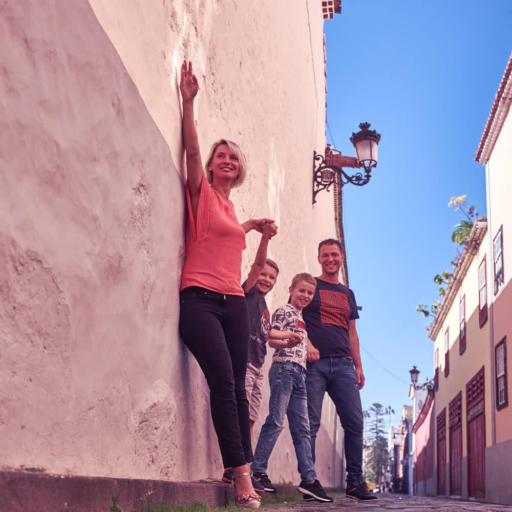 Business Familie genießt das Fotoshooting auf Teneriffa mit Ela und Chris