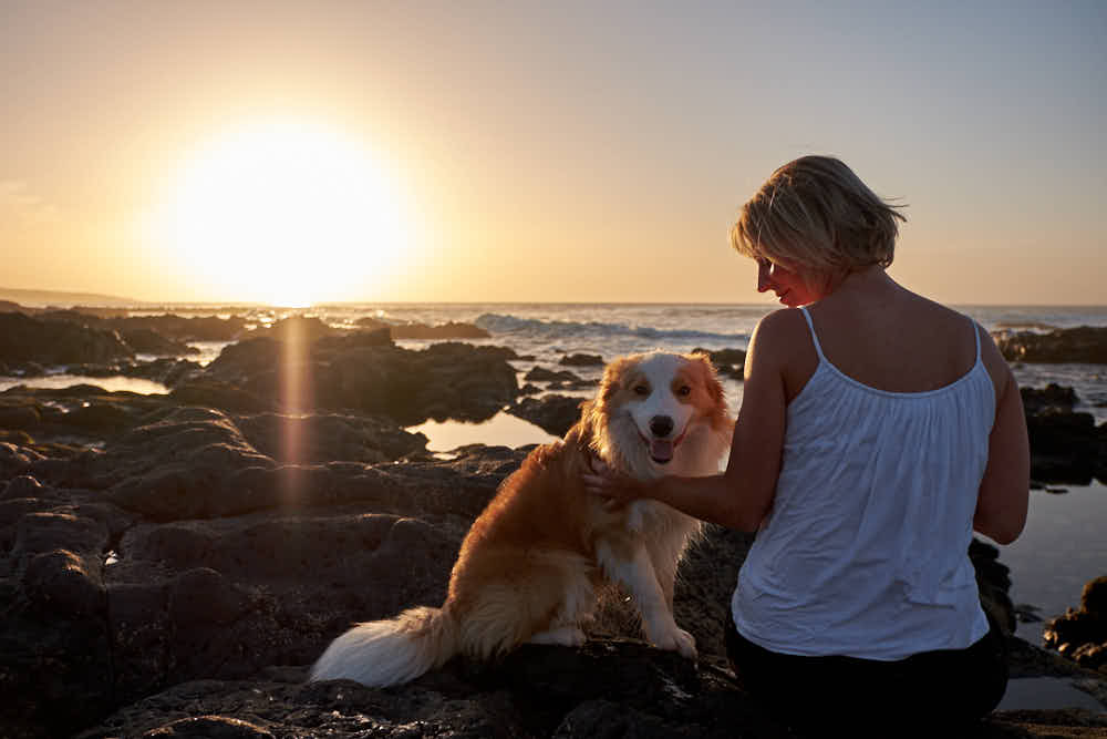 Geschäftsfrau genießt das Business Fotoshooting am Meer