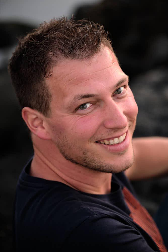 Businesskunde hat Spaß beim Fotoshooting für sein Geschäft auf Teneriffa