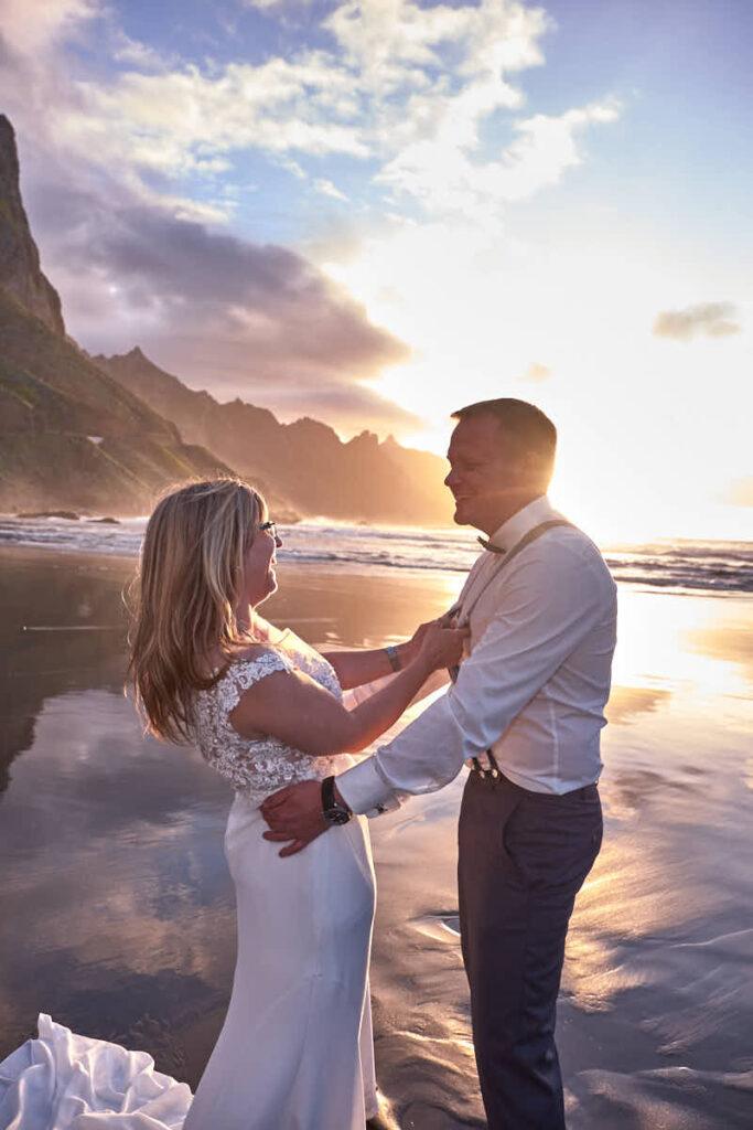 Ela & Chris Fotograf Teneriffa fotografiert als Hochzeitsfotograf Kanaren beim Afterwedding Braut und Bräutigam am Strand