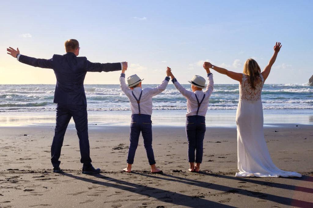 Familie genießt die positive Emotion beim Fotoshooting Afterwedding mit Deutscher Fotograf Kanaren