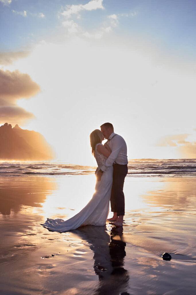 Hochzeitspaar hat Shooting mit Fotograf Teneriffa am Strand als Afterweddingshooting nach der Hochzeit