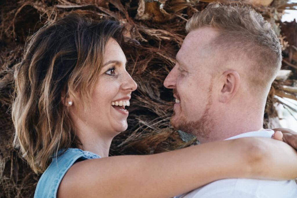 Glückliche Eltern beim Familienshooting auf Teneriffa mit Fotograf Teneriffa