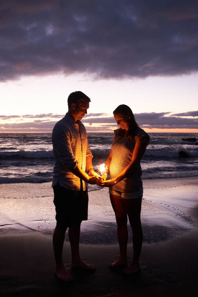 Im Sonnenuntergang am Strand vor Puerto de la Cruz auf Teneriffa machen Fotografen Ela & Chris ein Babybauch Shooting