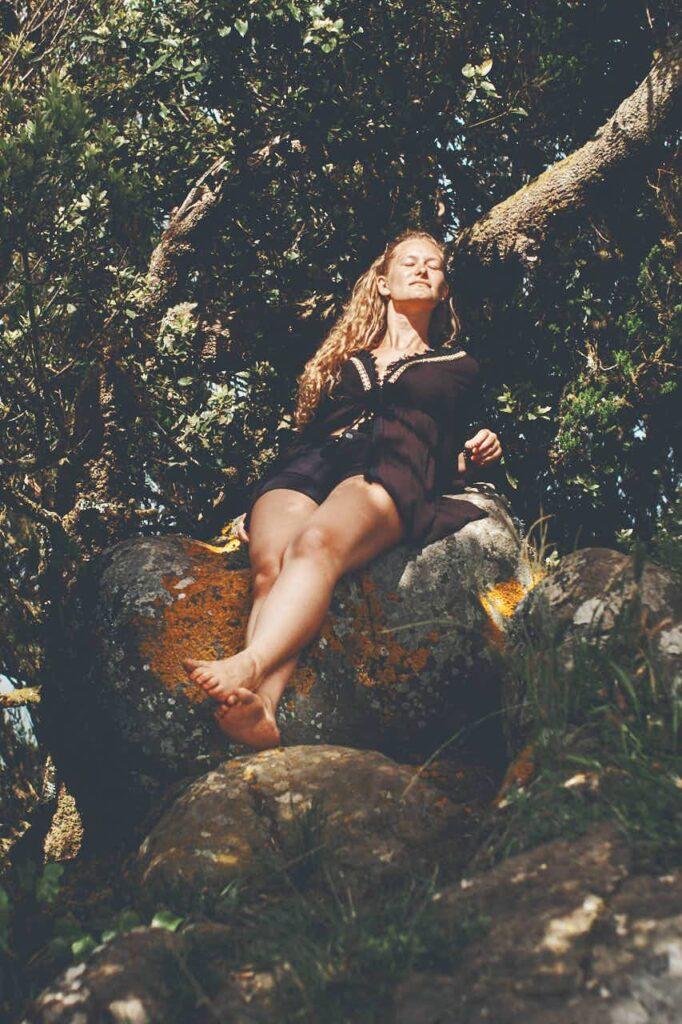 Mädchen sucht Sonnenstrahlen beim Fotoshooting mit Ela & Chris den Fotografen auf Teneriffa