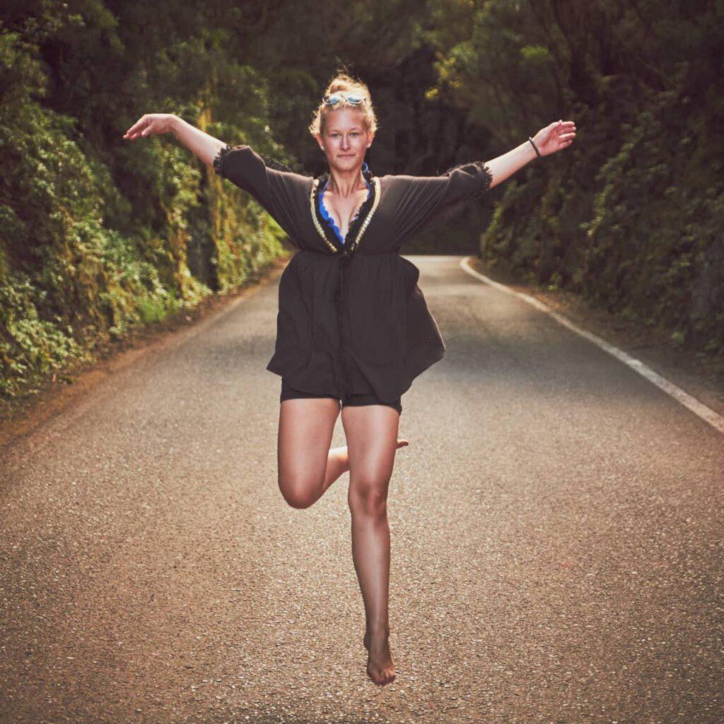 Mädchen springt barfuß auf einer Strasse im Gebirge auf Teneriffa beim Fotoshooting mit Ela & Chris