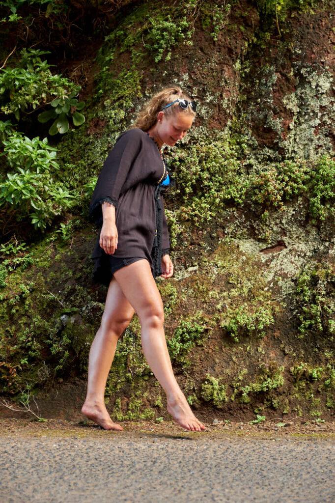 Mädchen spaziert auf einer Strasse im Anagagebirge auf Teneriffa beim Fotoshooting