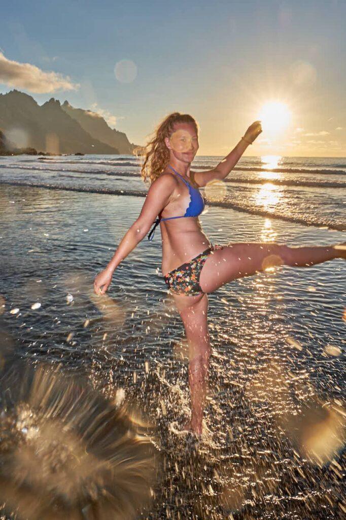 Mädchen hat Spaß beim Shooting mit Ela und Chris Fotograf Teneriffa im Urlaub am Strand