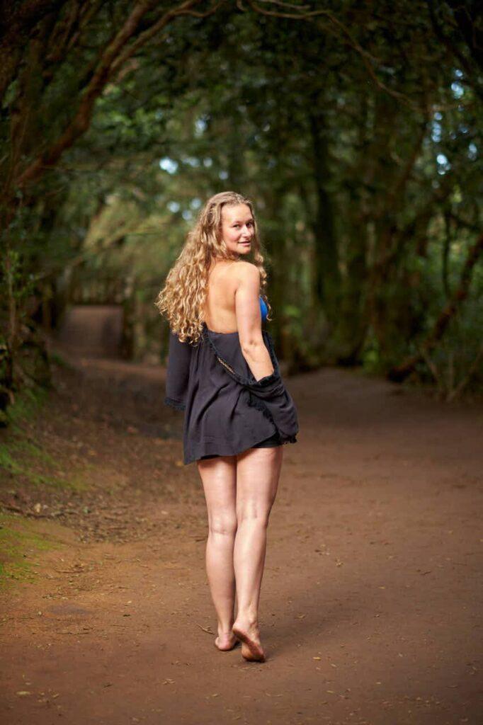 Hübsches Mädchen läuft barfuss durch den Wald bei Cruz del Carmen im Anagagebirge beim Fotoshooting mit Ela & Chris