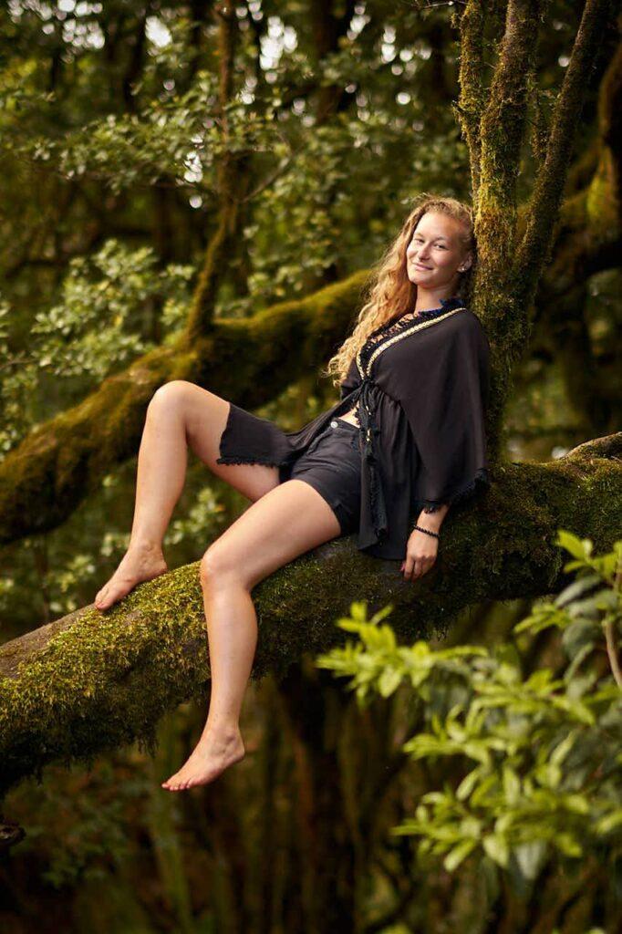 Ela und Chris fotografieren ein hübsches Mädchen auf einem Baum im Anaga Gebirge beim Fotoshooting