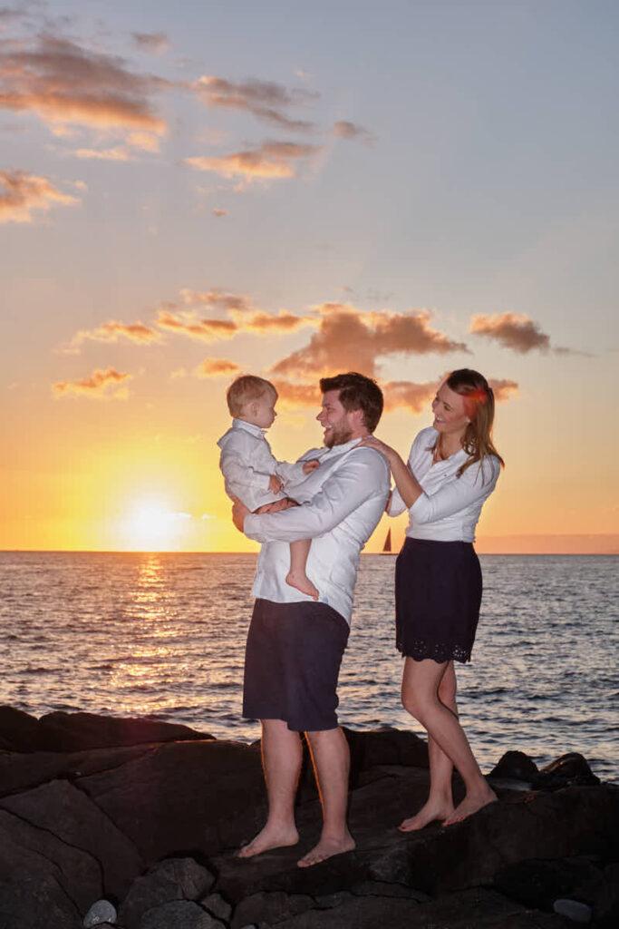 Eine Familie genießt das Fotoshooting am Strand mit Die 2 Deutscher Fotograf Teneriffa Ela & Chris